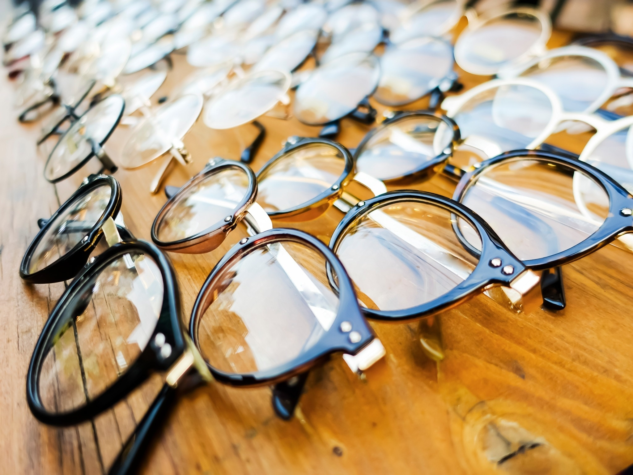 Which Online Eyeglass Store Offers the Best Prices, Value, and Discounts?